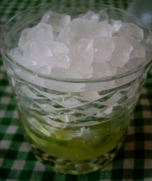 Añadimos hielo hasta el borde del vaso