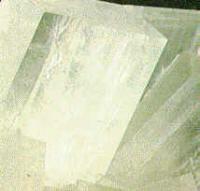 El espato de Islandia es un ejemplo de mineral con doble refracción, donde la propagación de un rayo luminoso varía con la dirección