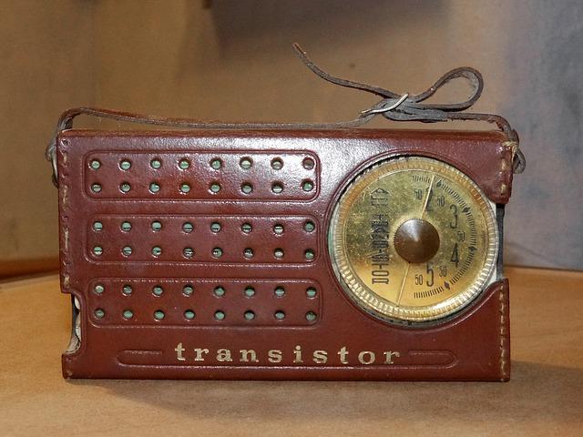 El transistor dio un importante impulso a la radio. Se advirtió rápidamente en el tamaño de los receptores, más pequeños y portátiles, al ser sustituidas las válvulas de vacío por ese semiconductor.