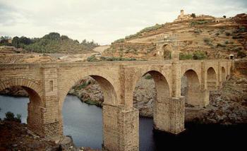 Los romanos fueron grandes tecnólogos de la organización y la construcción, como los puentes con arcos